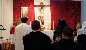 Adoración: los miembros de la Unión Lumen Dei durante la adoración eucarística en una de nuestras capillas.