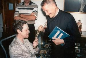 Los fundadores: foto de los fundadores de la Unión Lumen Dei. El padre Rodrigo Molina visita a la hermana Josefina Serrano durante su enfermedad.