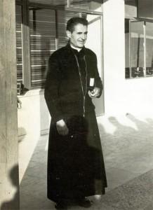 El padre Molina en sus primeros pasos: foto del El padre Rodrigo Molina (fundador de Lumen Dei) durante el periodo inicial de su apostolado jesuita en la casa de los Jerónimos, Murcia.