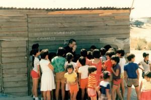 El padre Molina entre los niños: foto del El padre Rodrigo Molina (fundador de Lumen Dei) explicando el catecismo a los niños en uno de sus viajes misioneros a América.