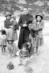 El padre Molina con sus machacados: El padre Rodrigo Molina (fundador de Lumen Dei) junto a unas madres quechas de los andes acompañadas de sus hijos.