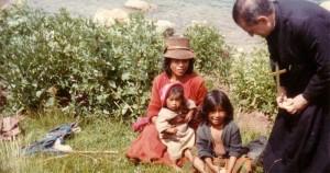 Sirviendo a los pobres: foto del El padre Rodrigo Molina (fundador de Lumen Dei) en una de las misiones quechuas repartiendo comida a los niños con sus madres.