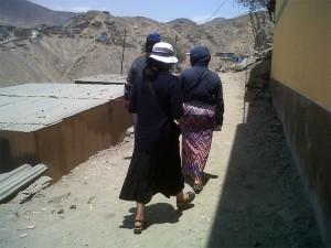 Por los caminos polvorientos: misioneras de la Unión Lumen Dei caminan por una de las villas miserias del Perú.
