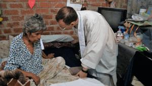 Fotos de un sacerdote misionero de la Unión Lumen Dei atendiendo a una persona enferma