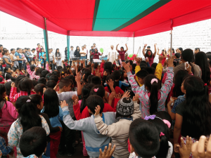 Foto de un festejo dado a los niños de una de las parroquias que regenta la Unión Lumen Dei
