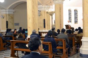 foto tomada durante un retiro de perseverancia predicado por un sacerdote de la Unión Lumen Dei