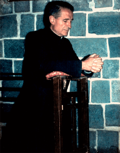 P. Rodrigo Molina rezando